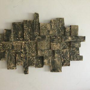 Soulagement. Sculpture en argile. 35,6 x 27,9 x 5,1 cm (14 x 11 x 2 pouces)